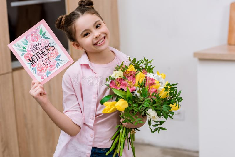 可爱的小孩与有花束的和母亲节 库存照片