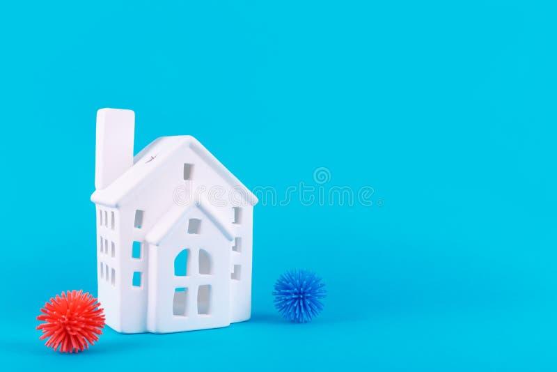 可爱的小房子和塑料球 流行病、社会隔离、冠状病毒COVID-19概念 库存图片