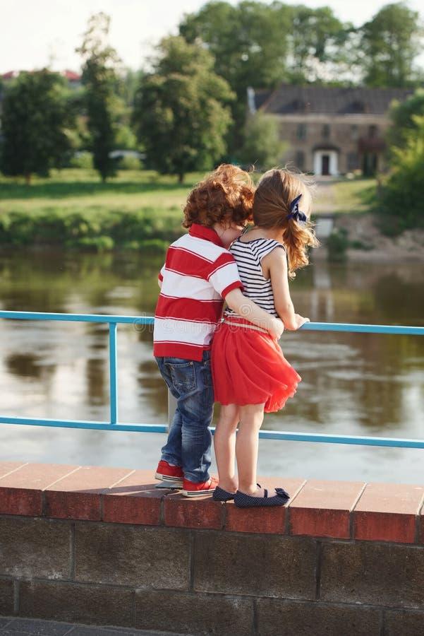 可爱的小男孩和女孩 免版税库存照片