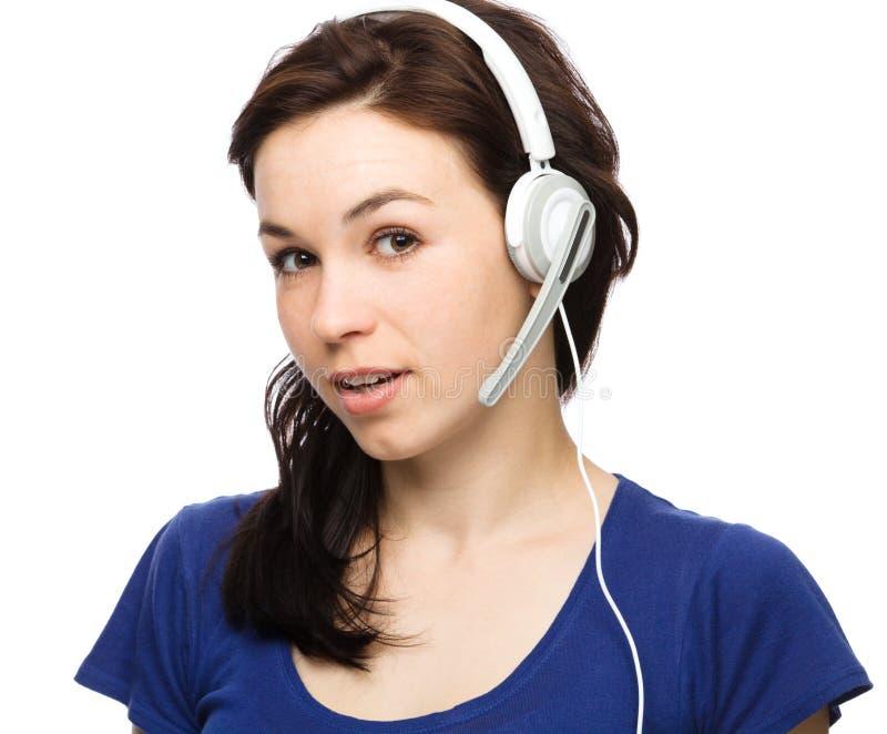 可爱的少妇与客户联系 免版税库存照片