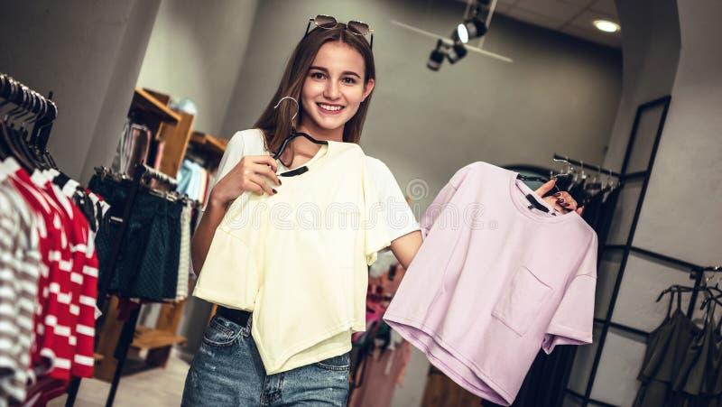 可爱的少妇为夏天买新的T恤杉 免版税库存图片
