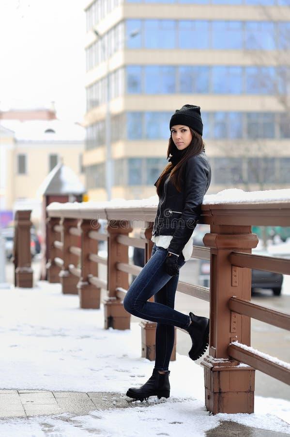 可爱的少妇全长时尚画象在冬天 库存图片