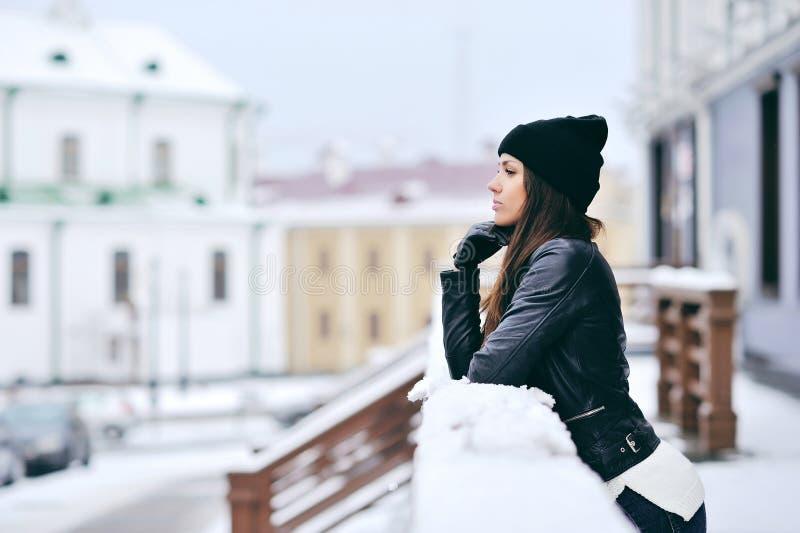 可爱的少妇室外的冬天 图库摄影