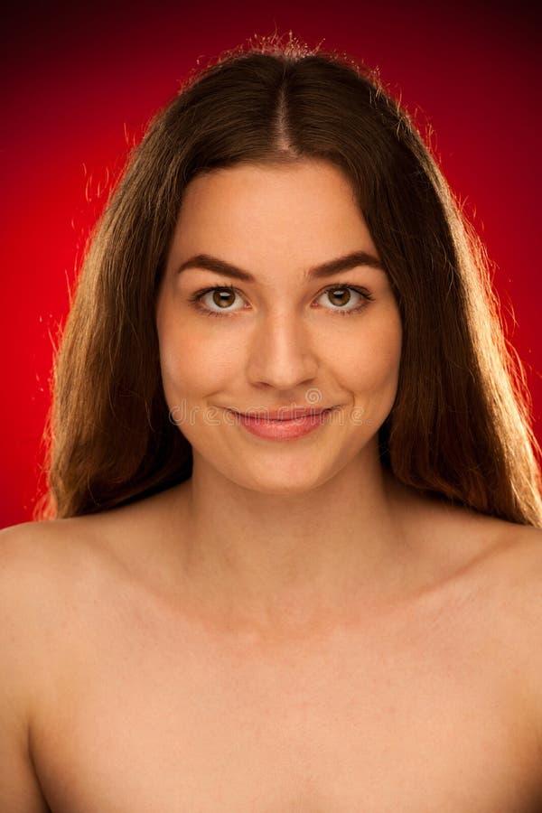 可爱的少妇-一逗人喜爱的年轻brunett的秀丽画象 免版税库存照片