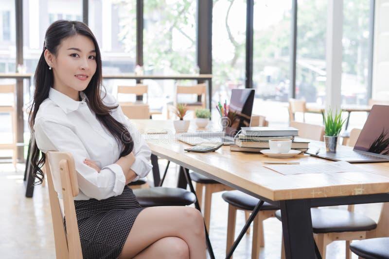 可爱的年轻亚裔女商人画象  库存照片