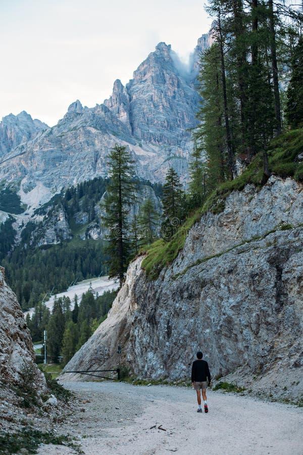 可爱的年轻人探索供徒步旅行的小道 图库摄影