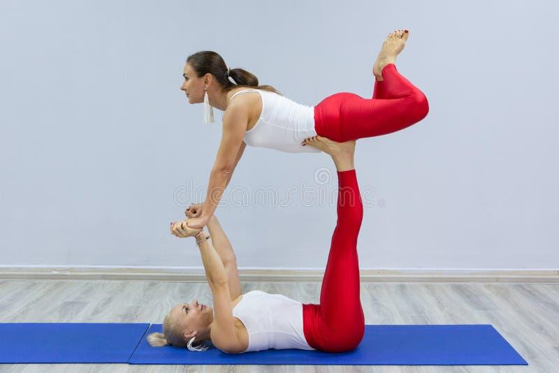 可爱的年轻体育女孩一起做着瑜伽 小组训练 概念健康生活方式 库存图片