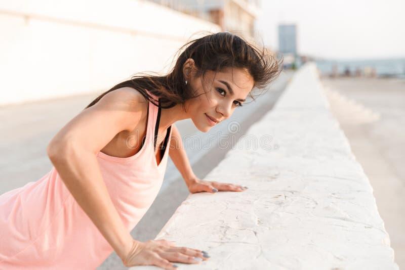可爱的年轻健身妇女 图库摄影
