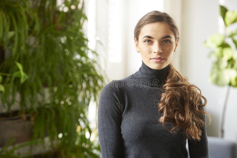 可爱的年轻女人室内画象 免版税库存图片