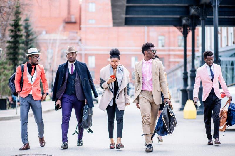可爱的年轻非洲人民hurring赶他们的火车 库存图片