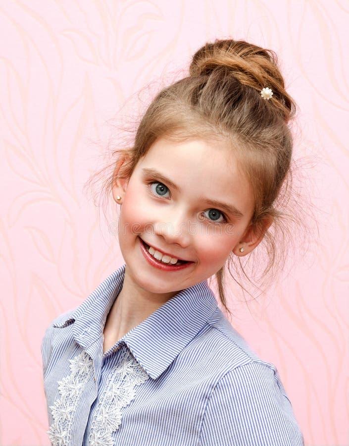 可爱的微笑的女孩女小学生孩子画象隔绝了 免版税库存照片