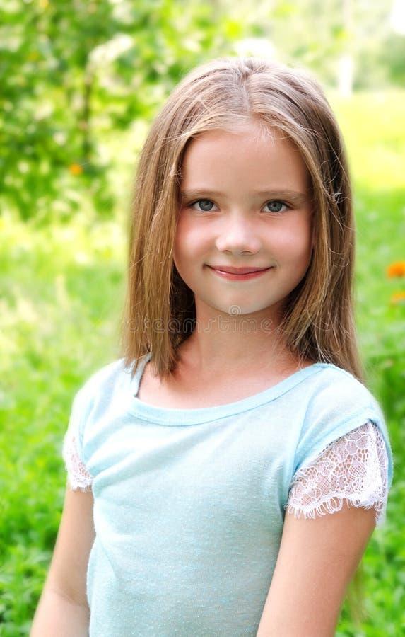可爱的微笑的小女孩在夏日 库存照片