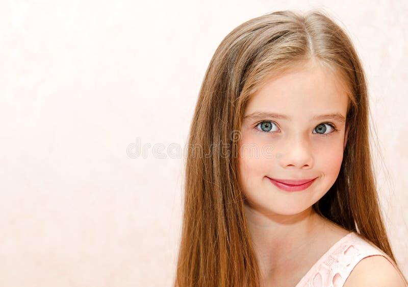 可爱的微笑的小女孩孩子画象  免版税库存图片