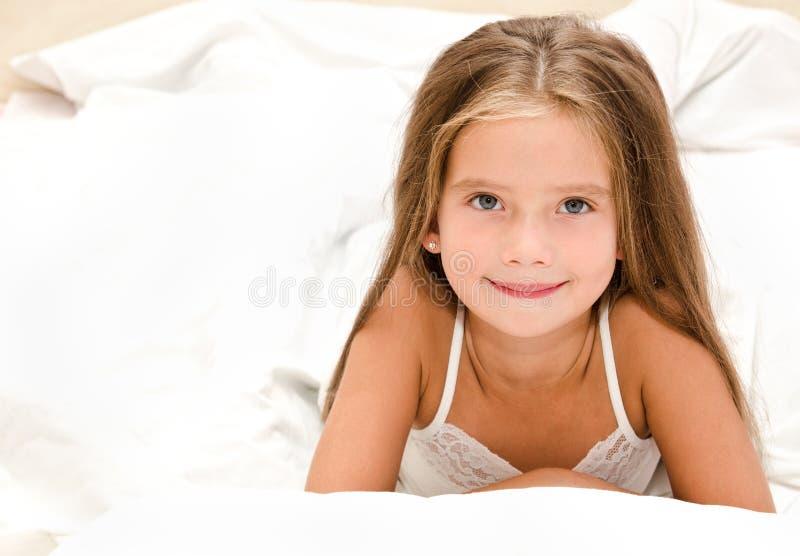 可爱的微笑的小女孩把吵醒 免版税库存照片