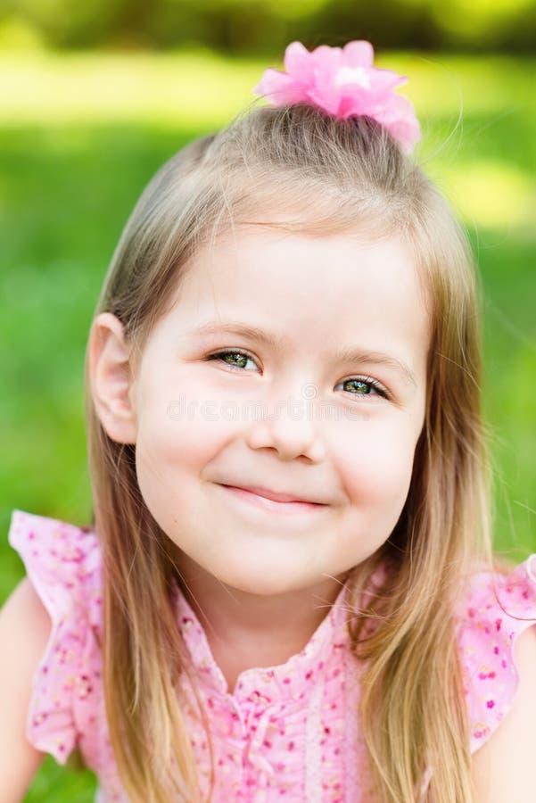 可爱的微笑的小女孩,特写镜头画象 库存照片