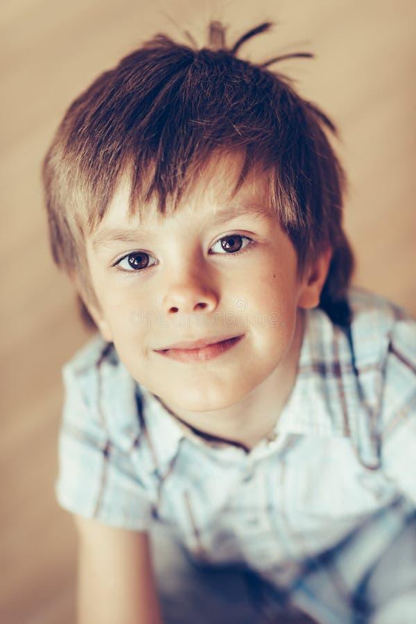 可爱的微笑的小男孩特写镜头画象有棕色眼睛的 免版税库存照片