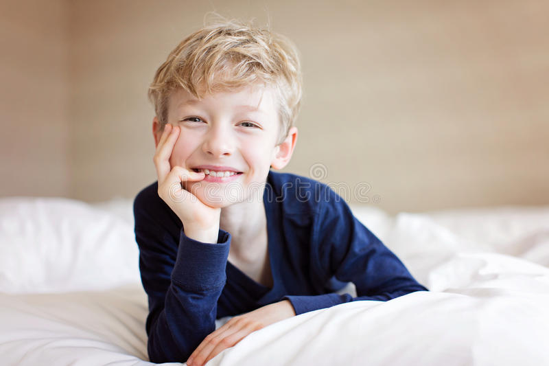 可爱的微笑的男孩 免版税库存图片