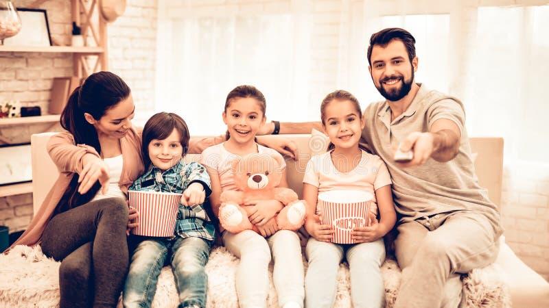 可爱的快乐的家庭电影在家 免版税图库摄影