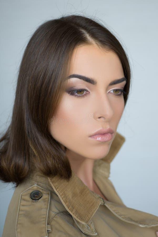 可爱的性感的深色的女孩 秀丽妇女在灰色背景的演播室 r 发型称呼 ?? 免版税图库摄影