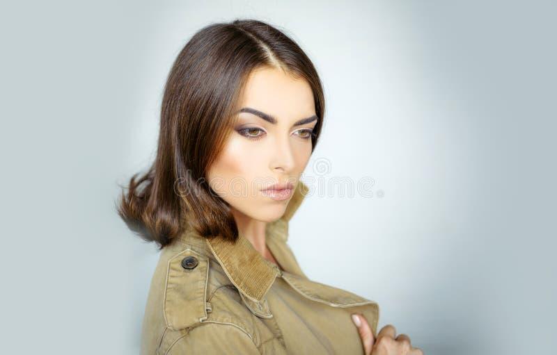 可爱的性感的深色的女孩 秀丽妇女在灰色背景的演播室 r 发型称呼 ?? 库存照片