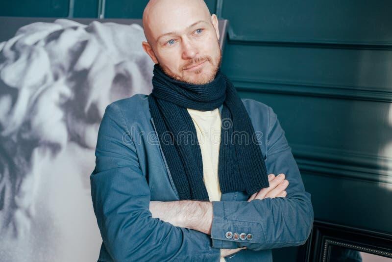 可爱的成人成功的秃头人艺术评论家史学家画象有胡子的在美术馆的围巾 免版税库存图片