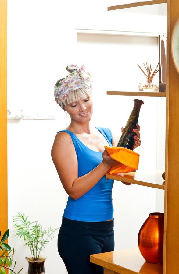 可爱的打扫灰尘妇女 免版税库存照片