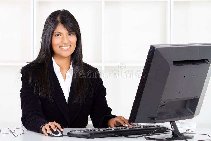 可爱的拉丁女实业家 免版税图库摄影