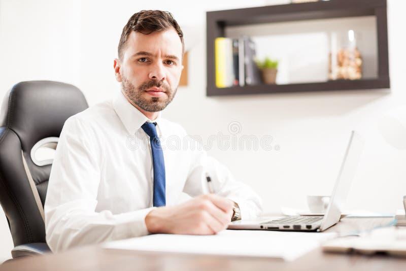 可爱的拉丁律师在工作 免版税库存照片