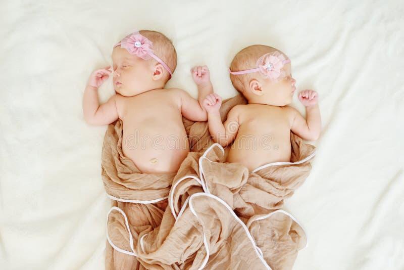 可爱的新出生的孪生 库存图片