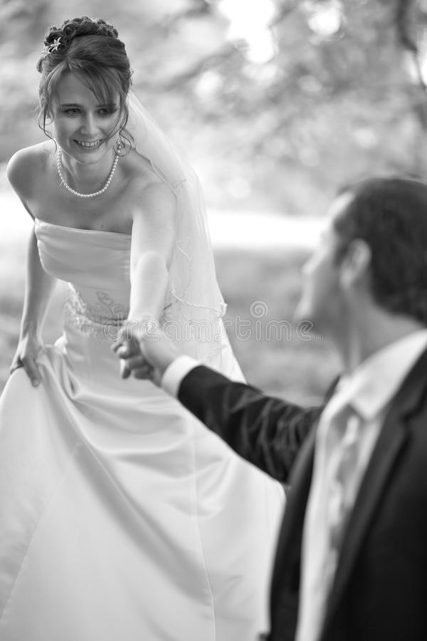 可爱的新婚礼夫妇 免版税库存照片