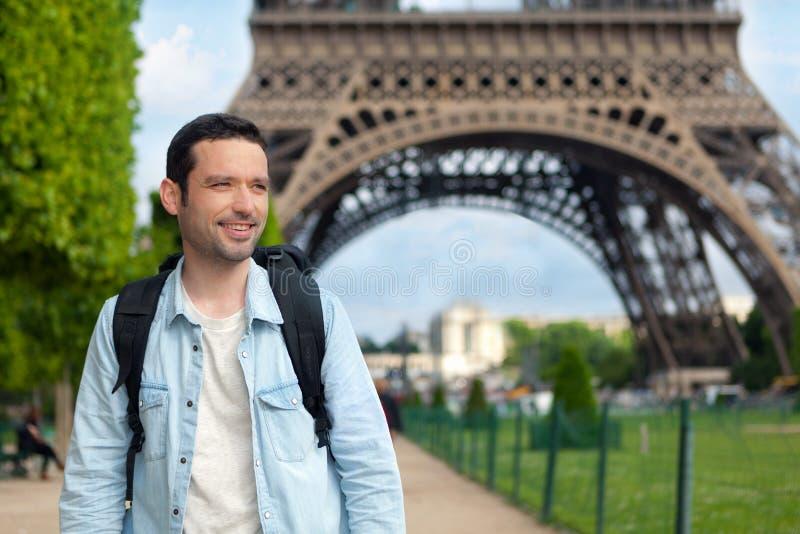 年轻可爱的旅客在巴黎 库存照片