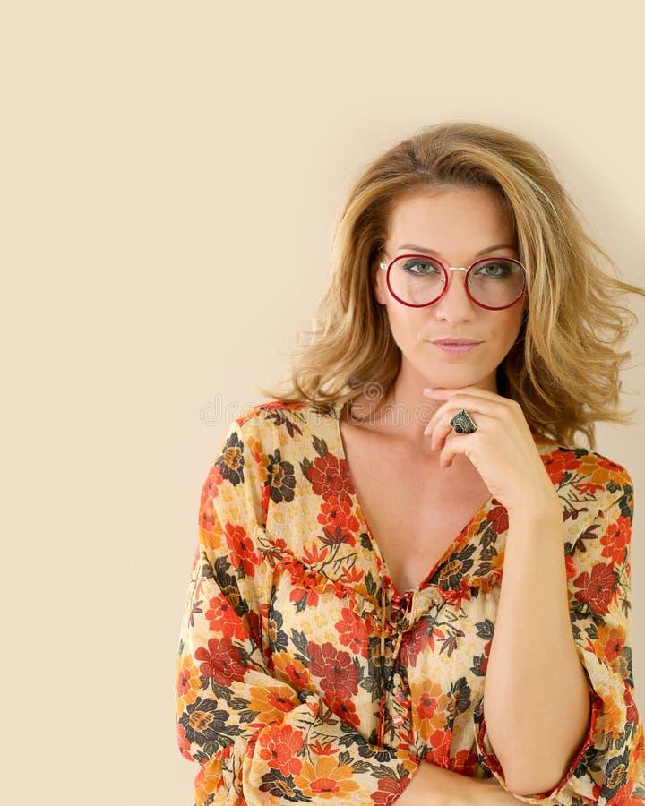 可爱的时髦妇女佩带的镜片 免版税库存照片