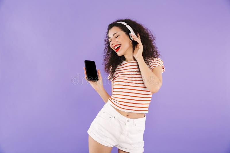 可爱的时髦妇女照片有卷发的在夏天穿戴锂 免版税库存图片