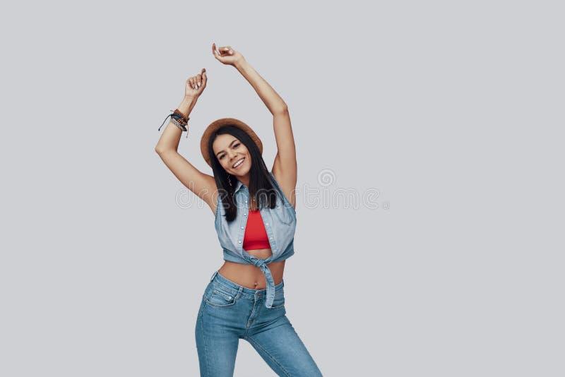 可爱的时髦的年轻女人 免版税库存照片