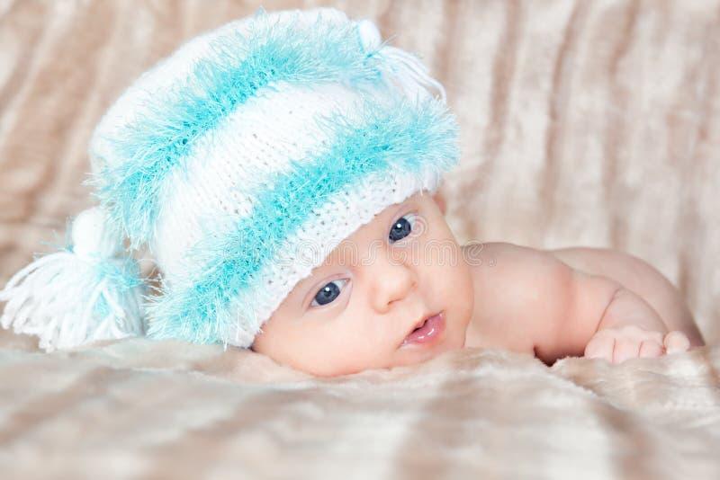 可爱的明亮的盖帽新出生的纵向 免版税库存图片