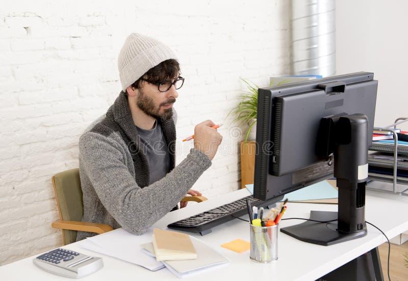 可爱的有台式计算机的人行家时髦样式商人运作的家庭办公室 免版税库存照片