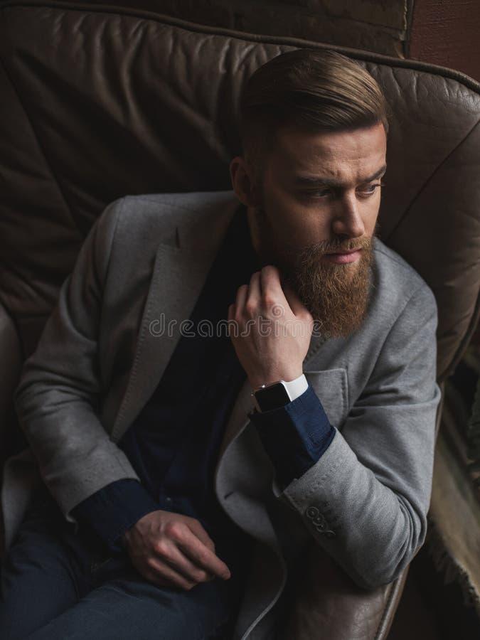 可爱的有胡子的商人决定严肃的问题 库存照片