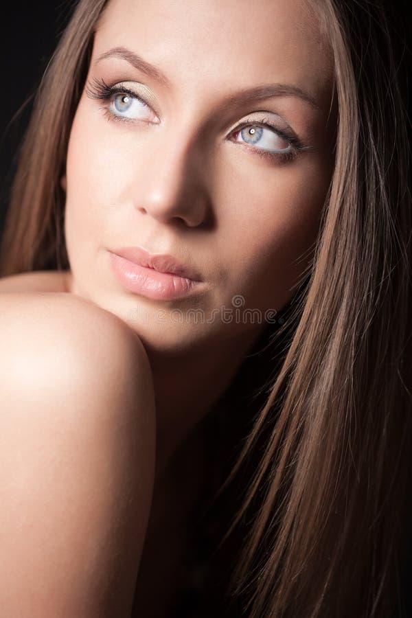 可爱的棕色女孩头发的纵向 库存照片
