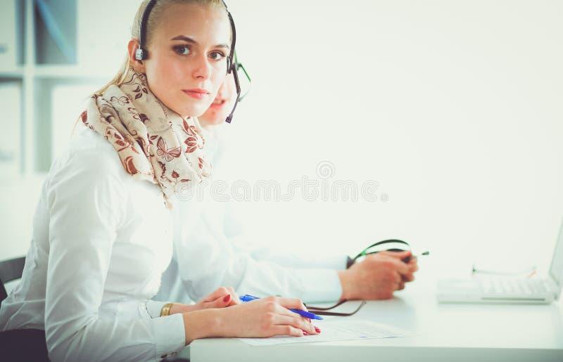 可爱的正面年轻买卖人和同事在电话中心办公室 买卖人 免版税库存图片
