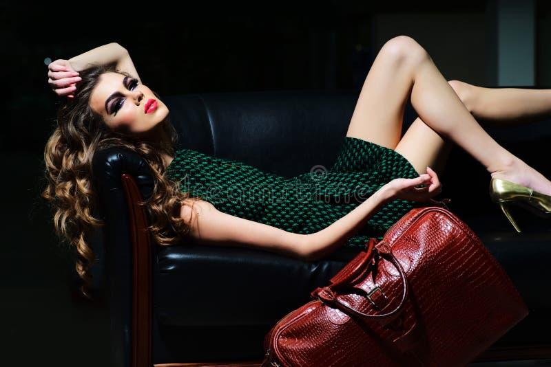 可爱的沙发妇女 免版税库存图片