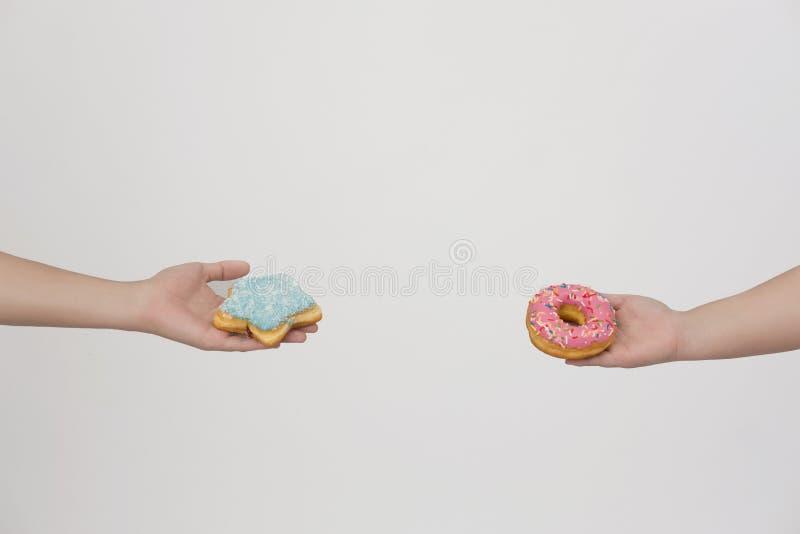 可爱的油炸圈饼艺术在手上 库存照片