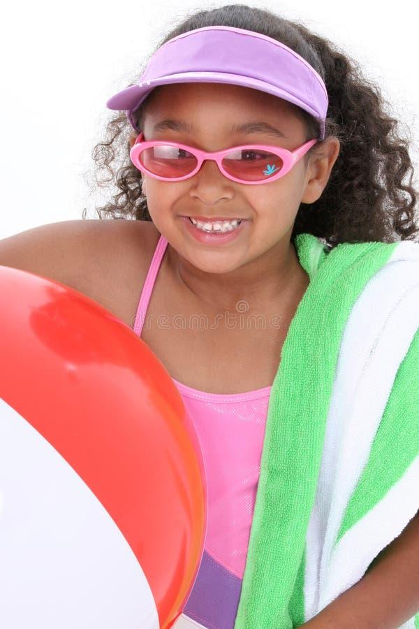 可爱的海滩女孩准备好的年轻人 免版税图库摄影