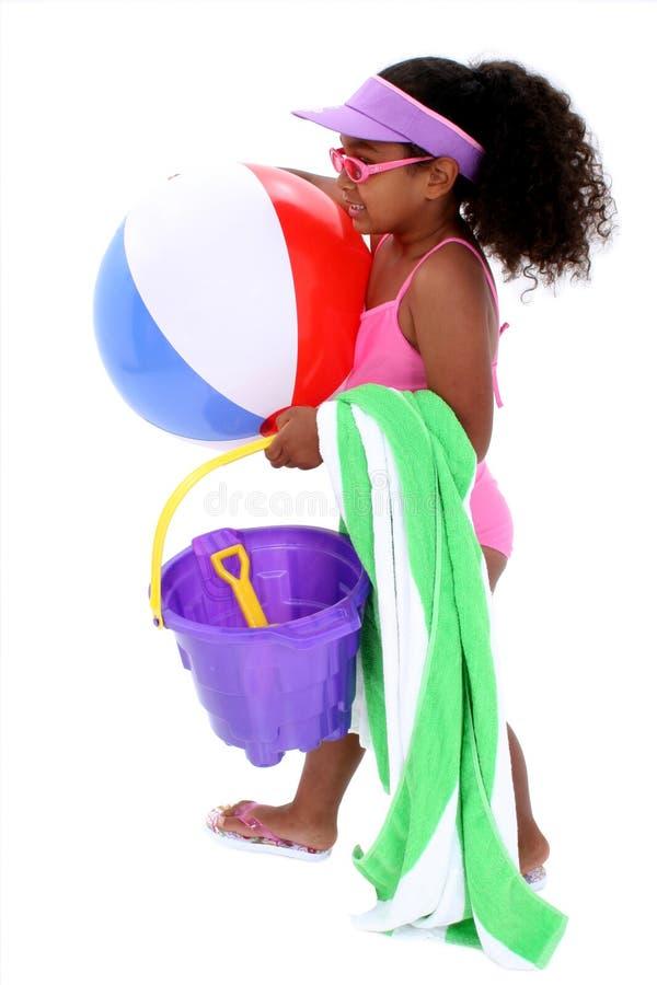 可爱的海滩女孩准备好的年轻人 免版税库存照片