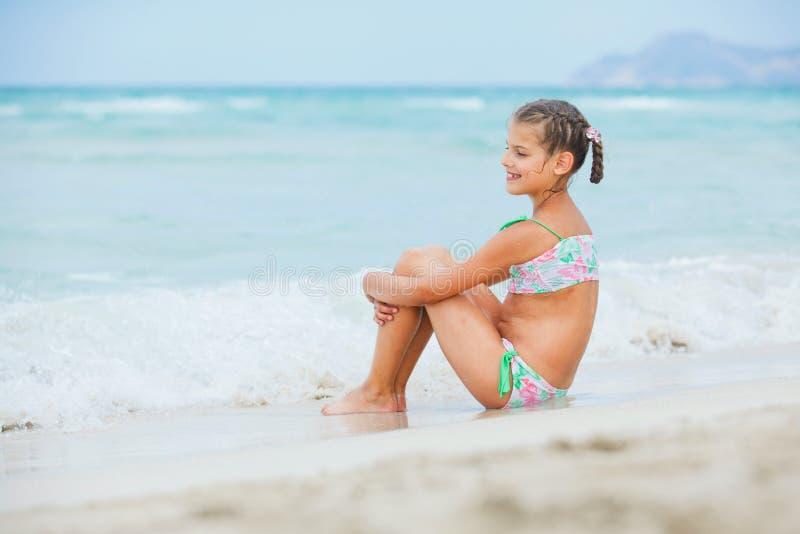 可爱的海滩女孩愉快的小的假期 免版税库存图片