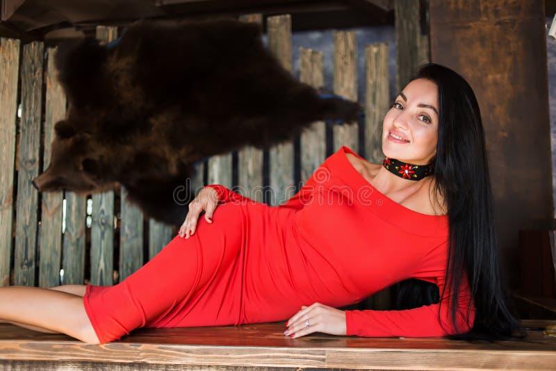 可爱的深色的妇女画象红色礼服的 女孩查出的微笑的白色 免版税库存照片