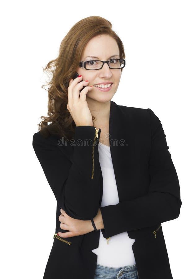 可爱的深色的妇女谈话在她的手机 免版税图库摄影