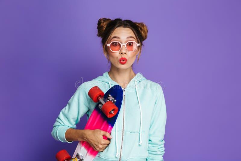 可爱的溜冰者女孩画象用在太阳镜s的两个小圆面包 免版税库存图片