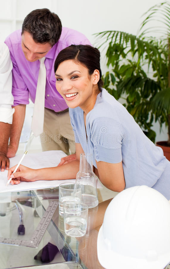 可爱的照相机工程师女性微笑 免版税库存照片