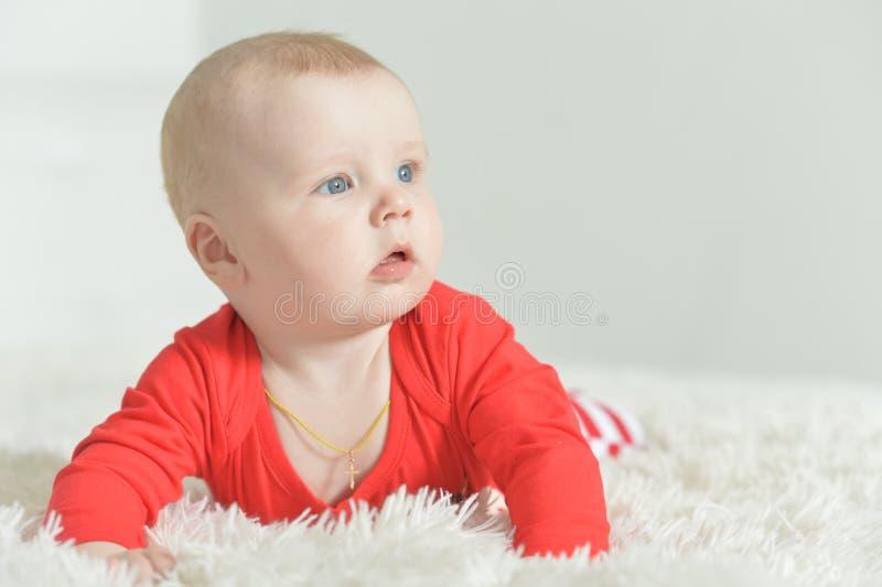 可爱的男婴画象背景的 库存照片