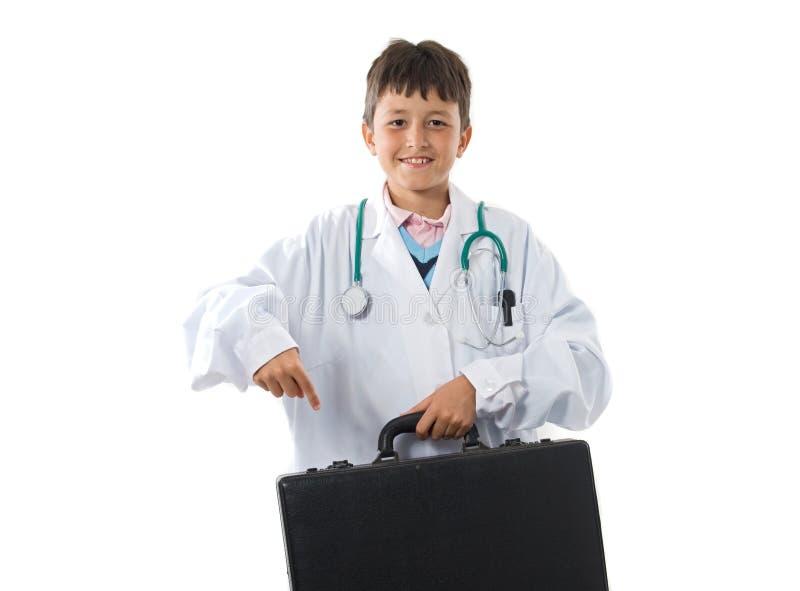 可爱的男孩给医生穿衣查出 免版税库存图片